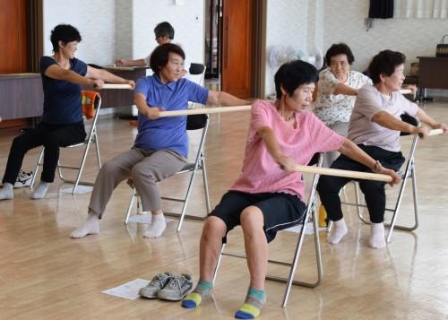 「じょさね棒」を使って背中の運動。