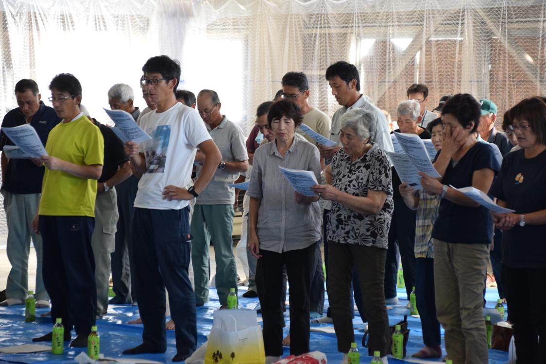 スローガンを唱和する専門部の部員たち。