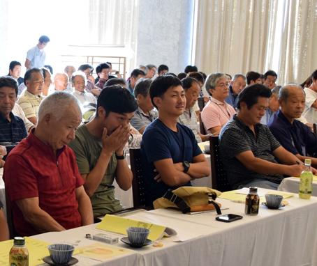 精算報告会に参加する生産者たち。