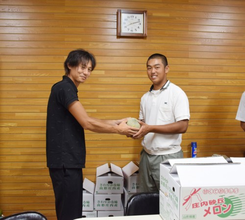 田村裕介委員長(左)と佐藤要主将(右)