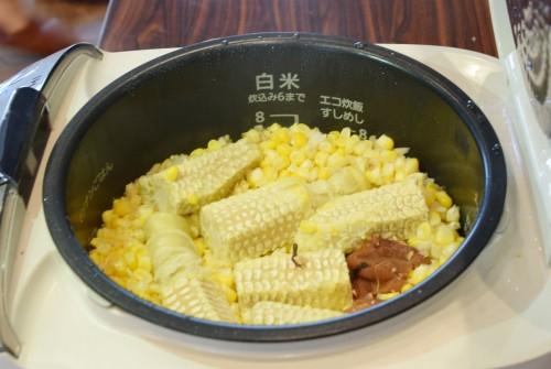 とうもろこしご飯は美味しさを逃がさないように芯も入れて炊きます